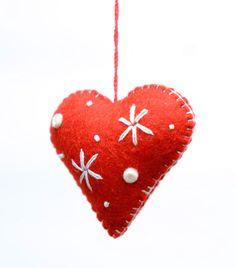 鮮やかな赤いハートのクリスマスツリーオーナメント。白い糸の刺繍がアクセントに。ストラップとしてアクセサリーにも。 サイズ:8 cm x 6 cm x 3 cm カラー:レッド/ ホワイト