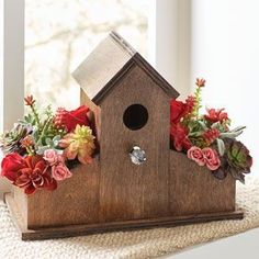 Make a Birdhouse Planter for Succulents and Flowers. #DIYproject #birdhouseplanter #HTL #diybirdhouse