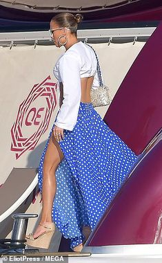 Jennifer Lopez, displays her etched abs and toned pins at Magic Johnson's birthday in St Tropez J Lo Fashion, Timeless Fashion, Diy Fashion, Cute Prom Dresses, Blue Dresses, Celebrity Outfits, Celebrity Style, Jennifer Lopez Body, Beautiful Black Women