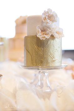 Peach Wedding Cake with Gold Metallic Teir from Tallant House www.alantephotogr...