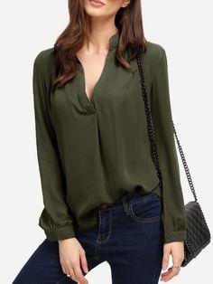 Blusa con cuello V y bajo redondeado - verde militar
