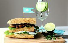 Tofu burger s grilovanými žampiony a špenátem recept - TopRecepty. Tofu Burger, Salmon Burgers, Ciabatta, Tempeh, Bagel, Hamburger, Sandwiches, Bread, Ethnic Recipes