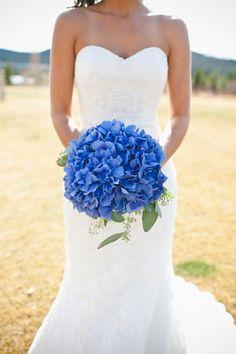 Bouquet de mariee bleu, hortensias, decoration de mariage bleue