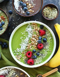 Looking for the perfect smoothie bowl recipe for breakfast or a snack? Aside from being delicious and healthy, whipping up a smoothie bowl is an opportunity to get creative. Here are our favorite tasty smoothie bowl recipes to get you started. Smoothie Legume, Avocado Smoothie, Vanilla Smoothie, Ripe Avocado, Smoothie Vert, Turmeric Smoothie, Matcha Smoothie, Coconut Smoothie, Healthy Desayunos