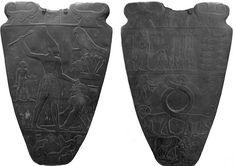 EGIPT: Paleta Narmera;  okres wczesnodynastyczny; awers i rewers pokryte są wypukłym reliefem.  Paleta została odnaleziona w Hierakonpolis w 1898 r. przez Jamesa Quibella i F.W. Greena. Przechowywana jest obecnie w Muzeum Egipskim w Kairze. Należy do najstarszych zabytków sztuki egipskiej i uważana jest za jeden z pierwszych dokumentów historycznych.