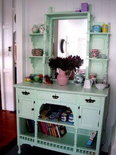 Olá pessoal!     Vocês gostam de móveis antigos?   Encontrei estas imagens de lindos móveis que deixam qualquer ambiente lindo.   Interessa...