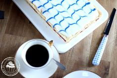 Itsenäisyyspäivän leivoksessa maistuu mansikkamarmeladi ja ihana muropohja. Se muistuttaa Aleksanterin leivosta. Väreinä tietenkin sininen ja valkoinen.