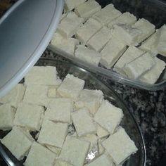 A Receita de Cocada de Leite Ninho Fácil fica pronta rapidinho e é uma delícia. Basta misturar o leite líquido e o açúcar, levar ao fogo por 5 minutos e de