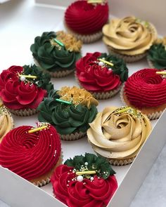 Christmas Elegance cupcakes By . Christmas Elegance cupcakes By . Mini Desserts, Strawberry Desserts, Chocolate Desserts, Delicious Desserts, Holiday Desserts, Elegant Christmas Desserts, Holiday Recipes, Delicious Chocolate, Cranberry Dessert