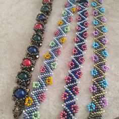 r tasar m Friendship Bracelet Patterns, Friendship Bracelets, Beaded Jewelry, Beaded Bracelets, Daisy Chain, Bohemian Style, Dangles, Detail, Pretty