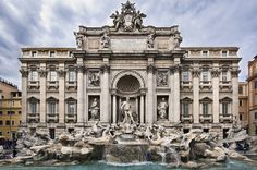 A Fontana di Trevi, com suas esculturas de figuras mitológicas, foi eternizada no filme La Dolce Vita, de Federico Fellini