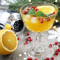 Spritsig julcocktail med apelsin och granatäpple Vodka Drinks, Cocktail Drinks, Fun Drinks, Yummy Drinks, Cocktail Recipes, Cocktails, Healthy Recepies, Swedish Christmas, Xmas Food