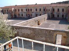 Selçuklular döneminde inşa edilen Sinop Cezaevi, 1997 yılına kadar siyasi mahkumların gönderildiği cezaevi olarak varlığını sürdürdü. Müzeye dönüştürülen hapishanede Refik Halit Karay, Sabahattin Ali ve Necip Fazıl Kısakürek gibi isimler kalmış.