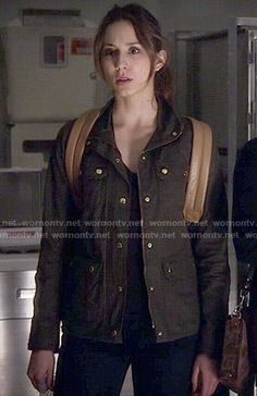 Spencer's green field jacket and leather backpack on Pretty Little Liars Pretty Little Liars Outfits, Pretty Litle Liars, Pll Outfits, College Outfits, Spencer Hastings Style, Spencer Pll, Field Jacket, Character Outfits, Preppy Style