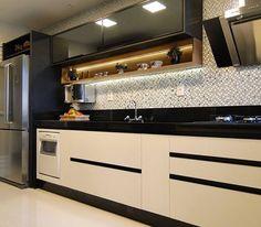 """4,991 curtidas, 131 comentários - MarianeBaptistaMarildaBaptista (@arqmbaptista) no Instagram: """"Cozinha preta, branca e madeira!! Lindo e sofisticado!!  #boatarde #instadecor #interiores #decor…"""""""