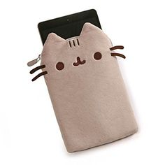 GUND wants to make screen time a more adorable experience with the help of tabby cat internet sensation Pusheen. This cute plush tablet case features accurate character embroidery and fits most mini t Gato Pusheen, Pusheen Love, Pusheen Stuff, Pusheen Cat Plush, Pusheen Cakes, Tablet Cover, Cute Plush, Purses And Bags, Pokemon