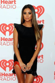 Shay Mitchell, scopri come ricreare i suoi look >> http://www.youglamour.it/shay-mitchell-style-scopri-ricreare-i-look/
