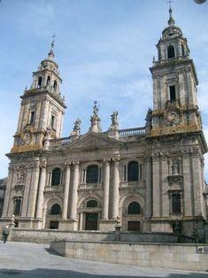 Catedral de Lugo La catedral presenta una planta de cruz latina con tres naves, crucero y girola con cinco capillas absidales. La nave mayor se cubre con bóveda de cañón apuntado y los laterales con bóveda de cañón y arista, de nervios en el crucero, y bóveda de cañón con lunetos en el triforio. Las ventanas del triforio son de arco agudo o apuntado al interior y al exterior.