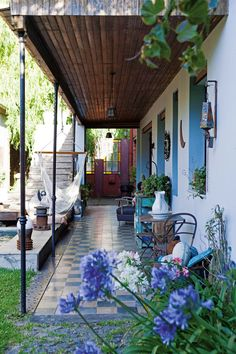 Galería rústica tipo campestre en una casa del Bajo San Isidro. Colonial Exterior, Design Exterior, Grey Exterior, Interior And Exterior, Ranch Exterior, Outdoor Rooms, Outdoor Living, Outdoor Decor, Porch And Terrace