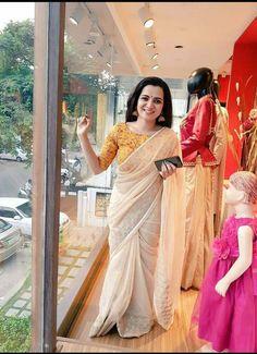 Dhivyadharshini new stills VJ Dhivyadharshini 2017 New HD Images Kerala Saree Blouse Designs, Cotton Saree Designs, Saree Blouse Neck Designs, Saree Blouse Patterns, Sari Dress, Saree Trends, Saree Models, Stylish Sarees, Saree Look