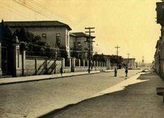 1935 - Rua Antonio Raposo na Lapa. À esquerda a escola Pereira Barreto posteriormente, após a troca de prédios entre as escolas, Anhanguera.
