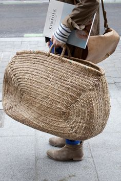 wicker tote (plus a nod to Kinfolk) My Bags, Purses And Bags, Fashion Bags, Fashion Accessories, Basket Bag, Big Basket, Straw Tote, Clutch, Mode Inspiration