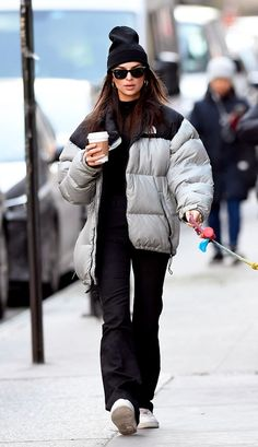 Emily Ratajkowski | This iconic celebrity casual outfit, will help inspire your everyday on trend wardrobe and help you step out in style this season. Winter Fashion Outfits, Look Fashion, Fall Outfits, Cold Winter Outfits, 2000s Fashion, Fall Fashion, Trendy Fashion, 00s Mode, Mode Converse