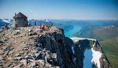 """Kloumannstårnet på toppen av Skåla är utan motstycke Norges, om inte hela världens, märkligaste turisthytte. Med sina 1 848 m ö.h. når Skåla högt i Loen, längst in i Nordfjord. Härifrån har du en fantastisk utsikt över glaciärer, fjäll och fjord. Med sina 1848 m. räknas Skåla som den högsta norska fjälltoppen med foten i fjorden. Varje år arrangeras uppförsloppet """"La Sportiva Skåla 1848 meter rett opp"""" i mitten av augusti. Turen är på 16 kilometer t/r och tar cirka 5 timmar upp..."""