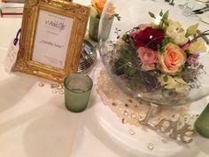 ♥♥♥ Tolle Vintage Dekoration mit runder Glasvase und Blumen mit einem Hauch von apricot und goldenem Bilderrahmen für Tischnummern und Menü auf den Hochzeitstisch gezaubert. ♥ * love* www.weddstyle.de