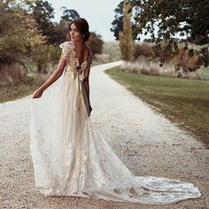 """{Inspiração Vestido de Noiva - Parte I} . Para este fim de semana, escolhemos o tema """"Vestidos de Noiva"""" para mostrar dois estilos diferentes de vestidos e inspirar as noivas que estão em busca do seu modelo preferido. . O primeiro modelo de vestido tem um estilo romântico, com ares vintage e é, simplesmente, encantador. Todo trabalhado em renda que, junto ao tule, trouxe feminilidade, romantismo e delicadeza para o look da noiva. Detalhe para o belíssimo decote nas costas, finaliza..."""