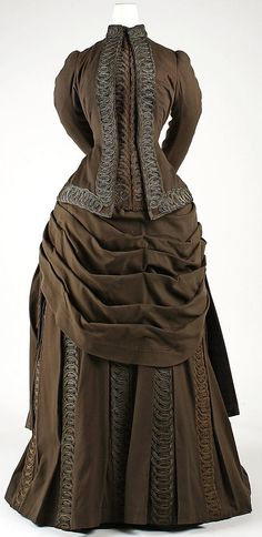 Ensemble Redfern Date: Culture: French Medium: wool, silk, cotton, metallic thread. Lovely brown Victorian bustle dress and trimmings. 1880s Fashion, Victorian Fashion, Vintage Fashion, Women's Fashion, Vintage Gowns, Vintage Outfits, Charles Frederick Worth, Jeanne Paquin, Bustle Dress