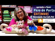 Faça um lindo Peso de Porta de Gatinho - YouTube Dyi Crafts, Felt Crafts, Fabric Flowers, Craft Projects, Dinosaur Stuffed Animal, Quilts, Dolls, Christmas Ornaments, Sewing