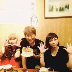 Ami Onuki, Koichi Kawanishi & Yumi Yoshimura : En ese momento, Koichi Kawanishi estaba ancioso, por celebrar su cumpleaños con ellas dos.  En fin, se ven hermosas!!!  Saludos!!!   puffy_4ever