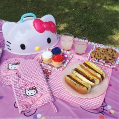 How cute is this Hello Kitty picnic?!