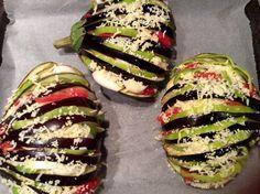 Ενα λαχταριστό φαγακι!!!  Υλικά  μελιτζάνες φλάσκες ομοιόμορφες στρογγυλές  ντομάτες  μπέικον  πιπεριά πράσινη  τυρί γκούντα  κρεμμύδι  ...