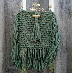 BOHO GREEN:  Bolso estilo bohemio. Trapillo color verde.  Cierre con botón de madera y borla a juego.  Ancho: 23 cm. Alto: 20 cm.  Largo asa: 110 cm.
