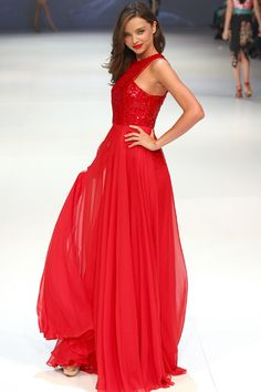 An epic scene stealing red dress by Australian designer Alex Perry. (Scene stealing effect is boosted by that rather famous woman modelling it). Alex Perry, Casual Dresses, Formal Dresses, Dressed To Kill, Miranda Kerr, Famous Women, Types Of Fashion Styles, Star Fashion, Passion For Fashion