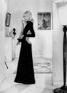 Le Grand Blond avec une chaussure noire, 1972, Mireille Darc portant une robe signée Guy Laroche appartenant au musée des Arts décoratifs, Paris. © Bridgeman images