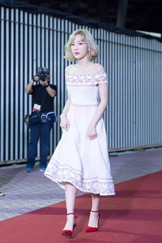 Kim Tayeon at KCON 2016 - White Rigged Off Shoulders Midi Dress with red pointy heels
