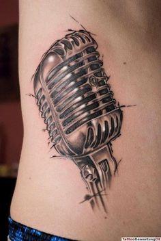 Tattoo großes Microphone am Bauch