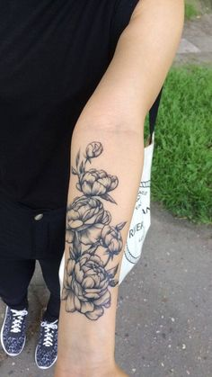 Ideas flowers tattoo peony arm for 2019 Girly Arm Tattoo, Flower Tattoo Arm, Flower Tattoo Designs, Tattoo Flowers, Tattoos Skull, Rose Tattoos, Sleeve Tattoos, Future Tattoos, Tattoos For Guys