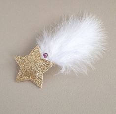 These unique shooting star hair clips look great on kids and grown-ups. Perfect for a trip to the playground or a night out! The hair clips are NOT sold in pairs. ★ Dimensions: star diameter: 5.0 cm (2.0 inches) feather length: 10.0 cm (3.9 inches) metal pin length: 5.0 cm (2.0 inches)