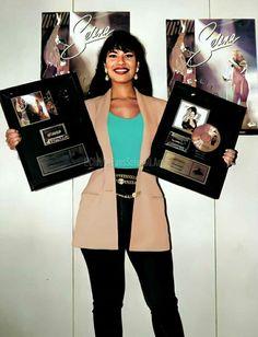Selena Quintanilla Perez, Suzette Quintanilla, Selena Quintanilla Halloween Costume, Divas, Selena And Chris, Selena Pictures, Doja Cat, Film Aesthetic, Quinceanera Dresses
