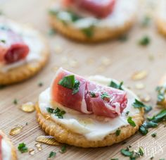 My Easy Creamy Prosciutto Cracker Appetizer is just a cracker topped with creamy mix,little curl of prosciutto and a drizzle of honey. Family Fresh Meals, Easy Family Dinners, Quick Easy Meals, Thanksgiving Appetizers, Holiday Appetizers, Appetizer Recipes, Canapes Faciles, Prosciutto Appetizer, Crackers Appetizers