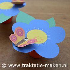 Danoontje bloem + vlinder. Nodig: Werktekening, Danoontje, lepeltjes, lijm, schaar. Werkwijze: Print de werktekening en knip de onderdelen uit. Vouw de bloem op de vouwlijn, plak deze vast en knip de bloem nogmaals uit. Plak de bloem op de bovenkant van het Danoontje. Knip de vlinder, vouw de lijnen en plak de vlinder vast. Plak de vlinder met het blauwe rondje vast op de bloem. http://www.traktatie-maken.nl/traktatie-maken-img/werktekening/lente-traktatie.pdf