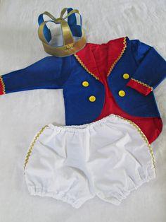 Casaco e short confeccionados em tecido 100% algodão, tamanho 1 ano. O casaco não fecha na frente. Botões decorativos.  Coroa confeccionada em feltro e cetim.