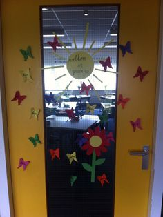 Start van een nieuw schooljaar | alle namen van de kinderen op deur | vlinders | welkom in groep 4a! |
