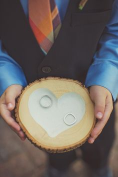 Original forma de entregar los anillos // photo by W Scott Chester // http://ruffledblog.com/new-jersey-summer-wedding