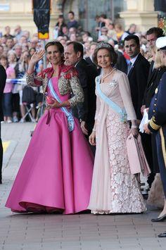 Infanta Elena of Spain & Queen Sofia of Spain at the wedding of Daniel Westling & Crown Princess Victoria of Sweden (Stockholm, Sweden) Estilo Real, Princess Victoria Of Sweden, Crown Princess Victoria, Queen Sophia, Style Royal, Spanish Royalty, Spanish Royal Family, Bolero, Royal Dresses