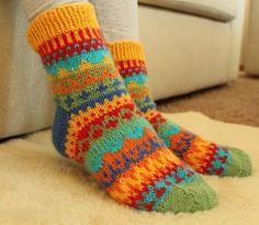 Knitting fair isle socks color charts 41 Ideas for 2019 Knitting Machine Patterns, Poncho Knitting Patterns, Mittens Pattern, Knitting Designs, Knitting Socks, Baby Knitting, Knit Baby Booties, Wool Socks, Colorful Socks